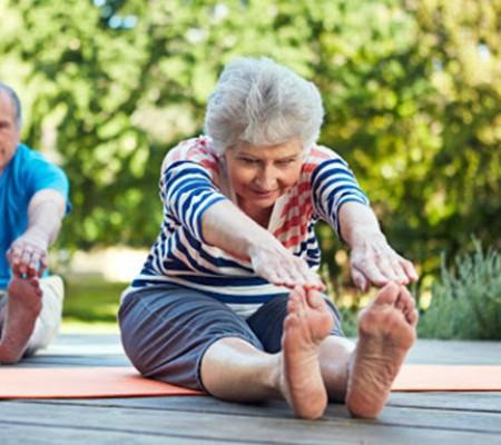 Các bài tập yoga tại nhà phù hợp cho người cao tuổi